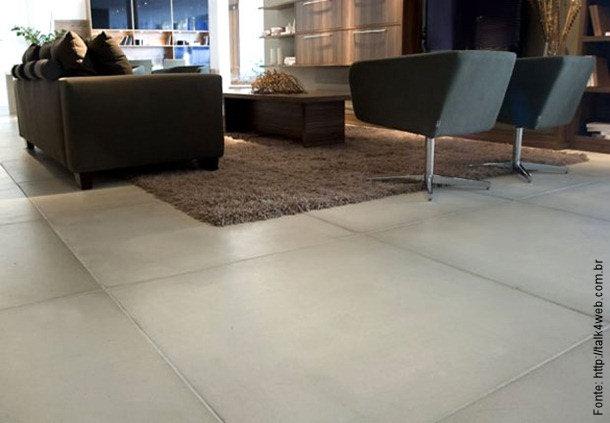 Pisos que imitam o cinza do cimento vem frequentando ambientes de todas as categorias de decoração.
