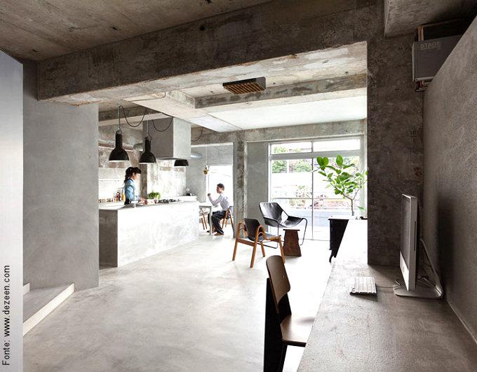 """Um verdadeiro """"open space"""" com direito à sala, cozinha, área de alimentação e até cantinho de trabalho foi criado neste apartamento localizado em Nagoya, no Japão."""