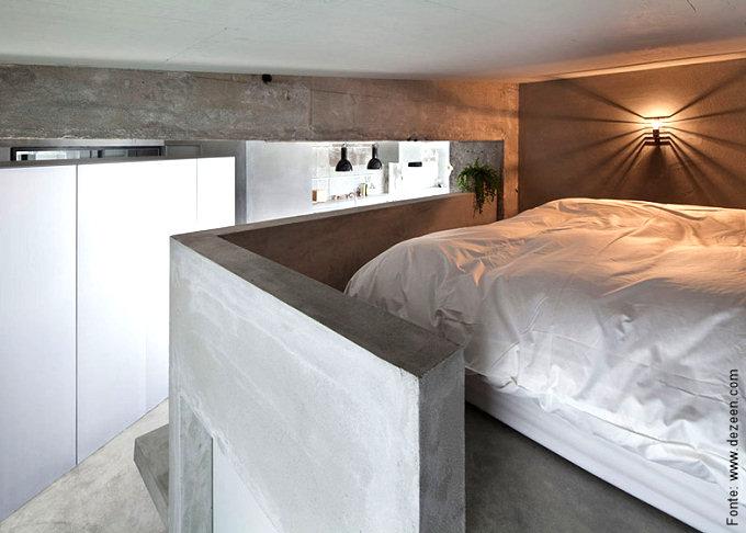 O quarto de dormir ficou relegado a um nicho próximo ao teto, com espaço apenas para o colchão.