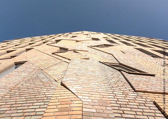 O trabalho do artista holandês Boris Tellegen sobre a empena de um dos prédios do condomínio projetado pelo escritório Heren 5.